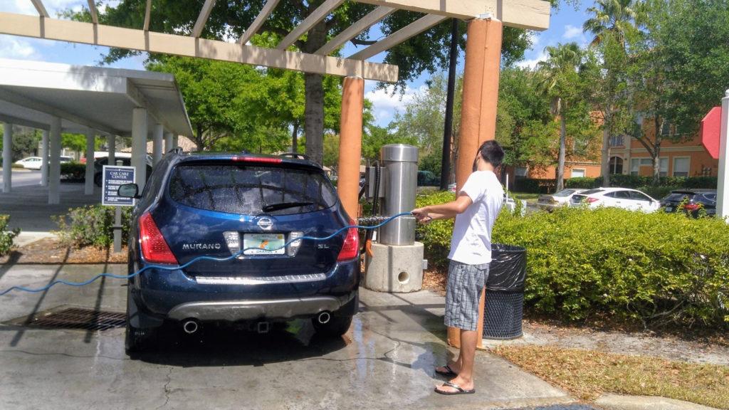 Danilo lavando o carro